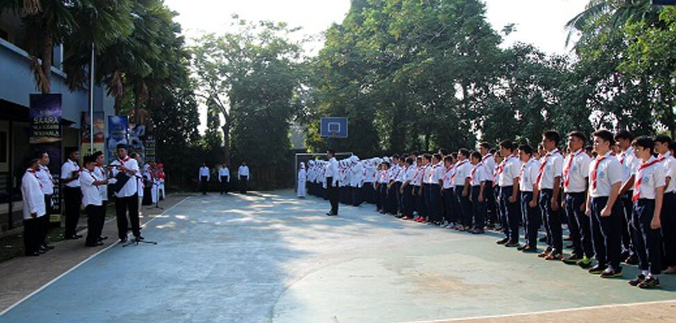 Guru SMPIT Nurul Fikri Jadi Pengibar Bendera