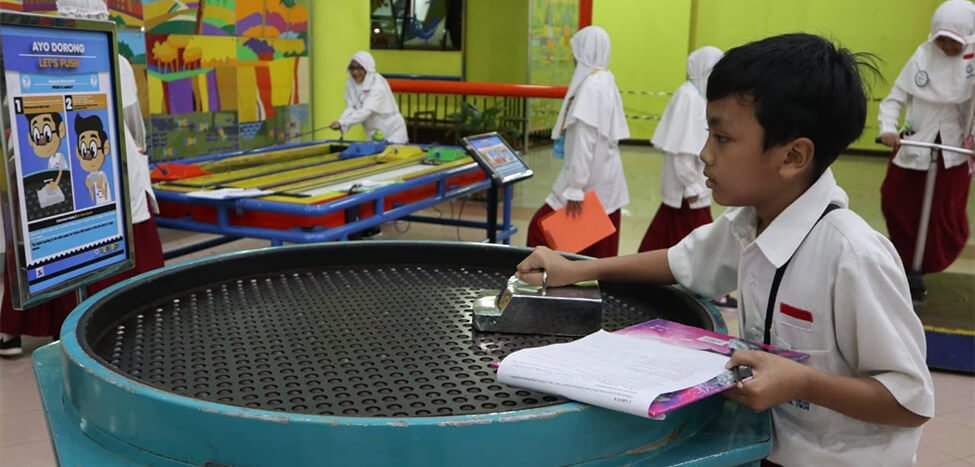 Siswa Kelas 5 Belajar Listrik di PP-IPTEK